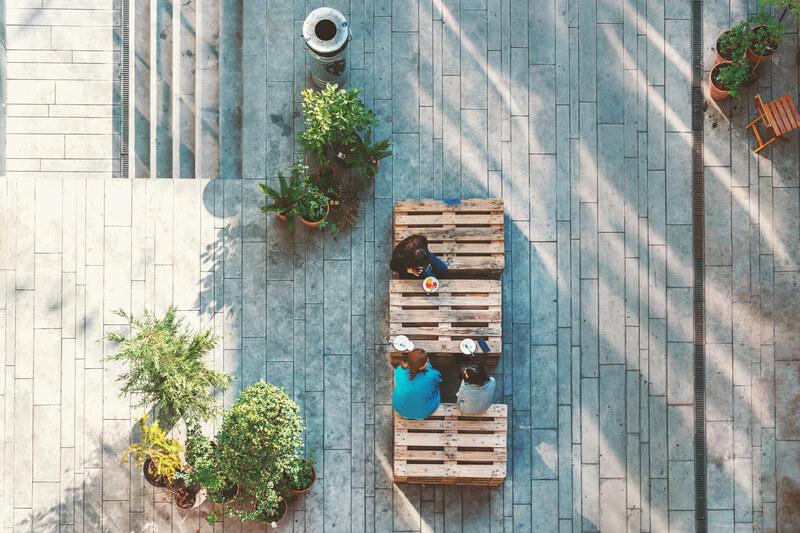 gasten in lounge tuin